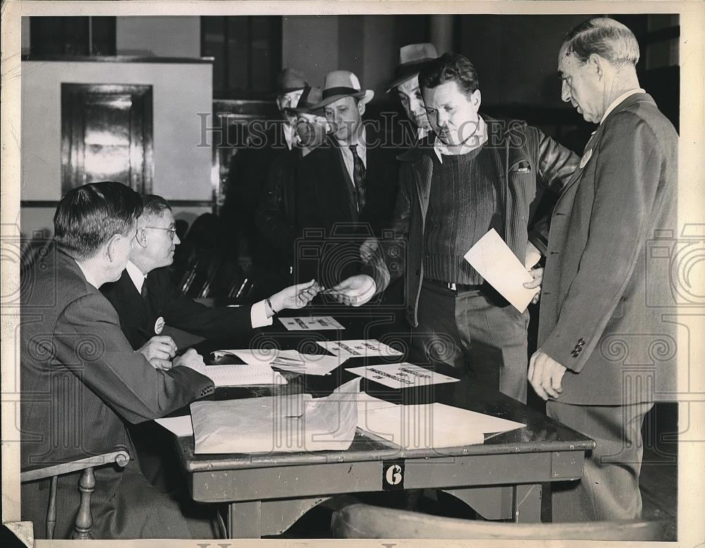 1944 Press Photo Illinois Union of Telephone Workers voting on strike, Chicago - Historic Images