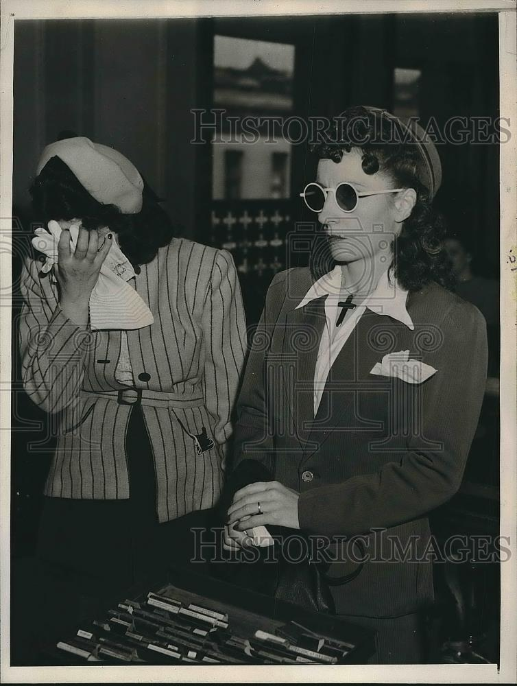 1945 Press Photo Kay Benedetti and her sister Helene Wallace at court - Historic Images