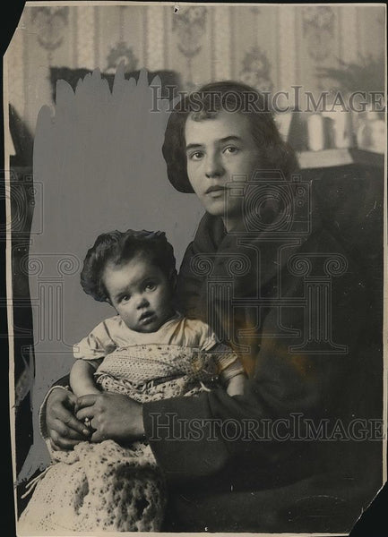 1924 Press Photo Mrs Richard Lambarth of London, England & her baby - nea83262 - Historic Images
