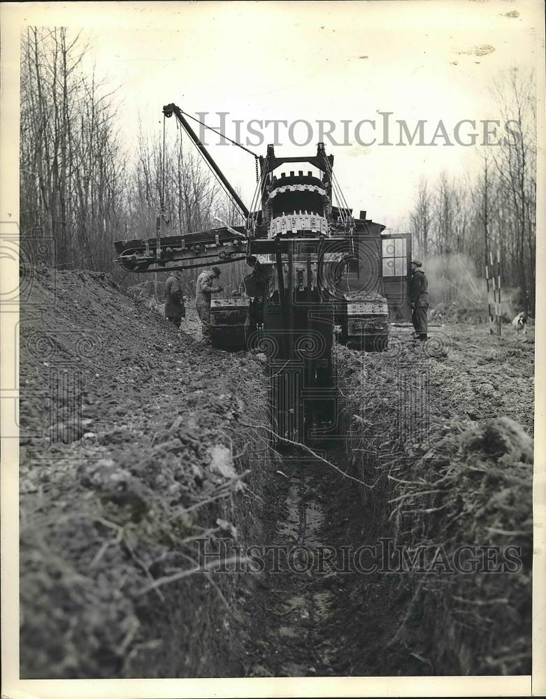1943 Press Photo Giant Ditch Digger Plowing Through Hills Of Pennsylvania - Historic Images