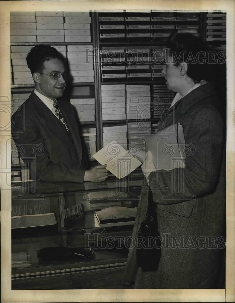 1945 Press Photo Propiertor Morris Abdulla received clothing price freeze rules. - Historic Images