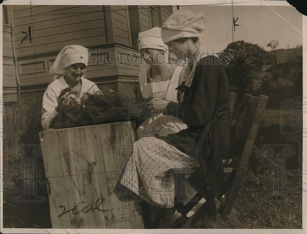 1923 Press Photo Girls Of Junior Red Cross Of Alameda Making Absorbent Pads - Historic Images