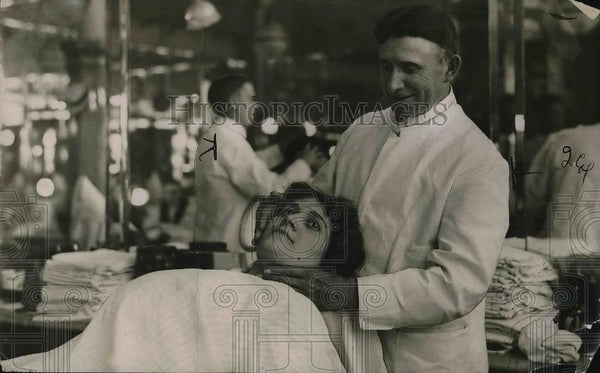 1923 Press Photo A barber cutting a customer's hair - Historic Images