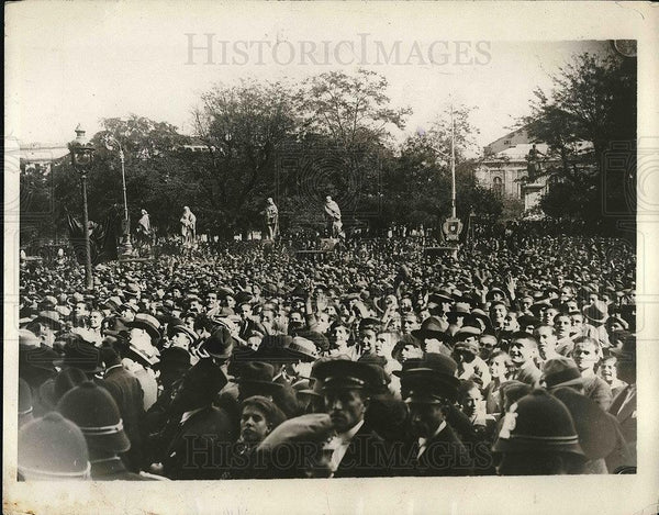 1929 Press Photo Crowd in front of the palace in Madrid shouting welcome to - Historic Images