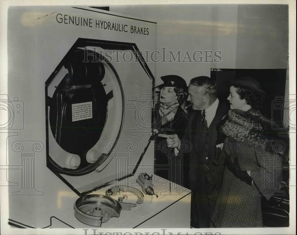 1935 Press Photo Plymouth Automobile hydraulic Brake display. - Historic Images