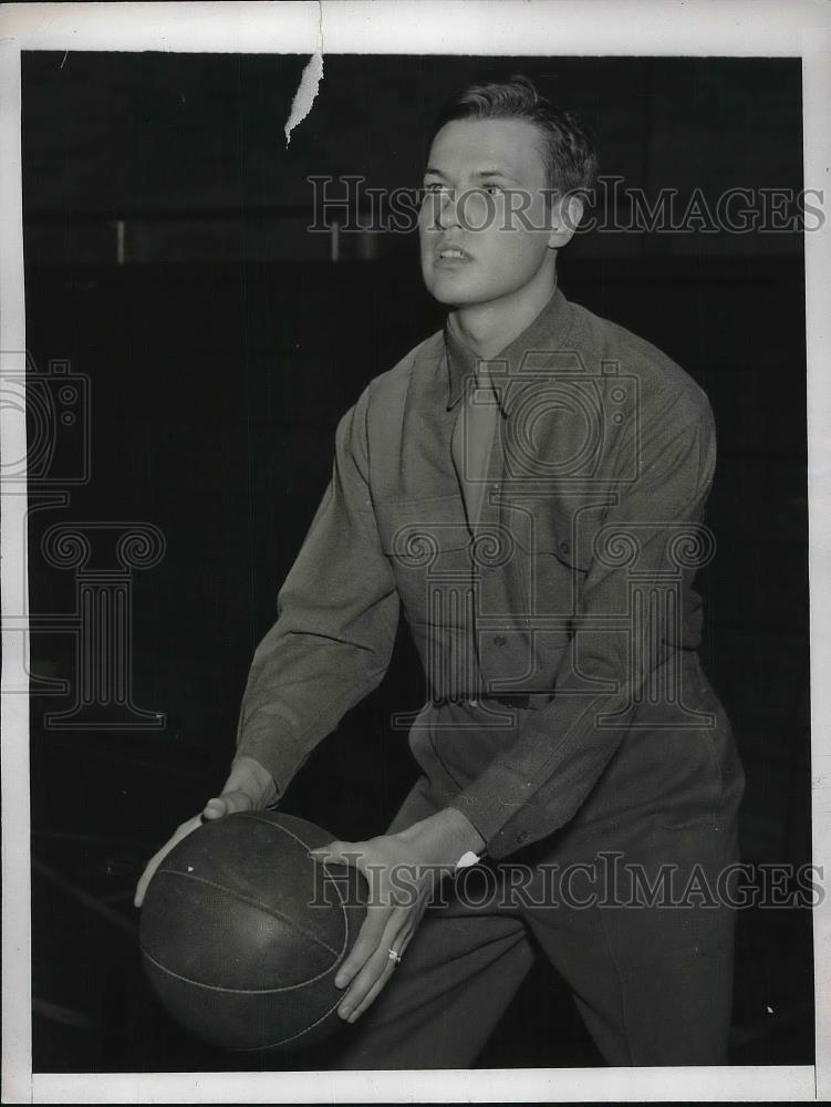 1943 Press Photo Arnold Carlson Holding Basketball On Basketball Court - Historic Images