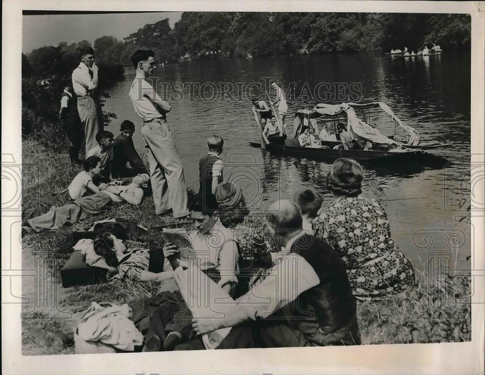 1940 Press Photo Thames At Bunnymede Vacationing Students On Beach - Historic Images