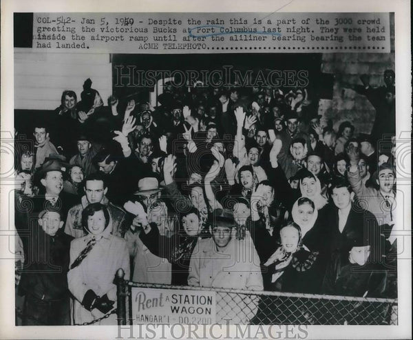 1950 Press Photo Crowd Welcomes Bucks Team at Port Columbus - Historic Images