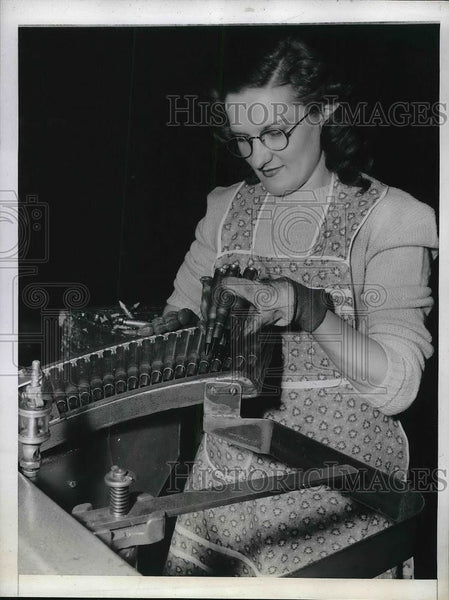 1944 Press Photo Genova Slovina, Inspector Remington Arms - Historic Images
