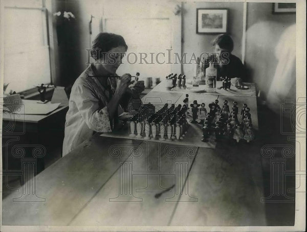 1923 Press Photo Miss Harriet Robinson making wooden dolls - Historic Images