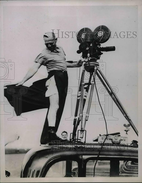 1936 Press Photo News-reel cameramanSam Greenwald covering National Air Races - Historic Images