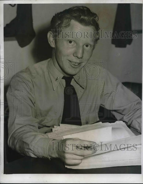 1946 Press Photo Jerry Bradbury, Pharmicist Delivers Galin Perviana Baby - Historic Images