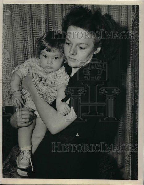 1940 Press Photo Helen Smith, 20, with her 8-month-old baby - Historic Images