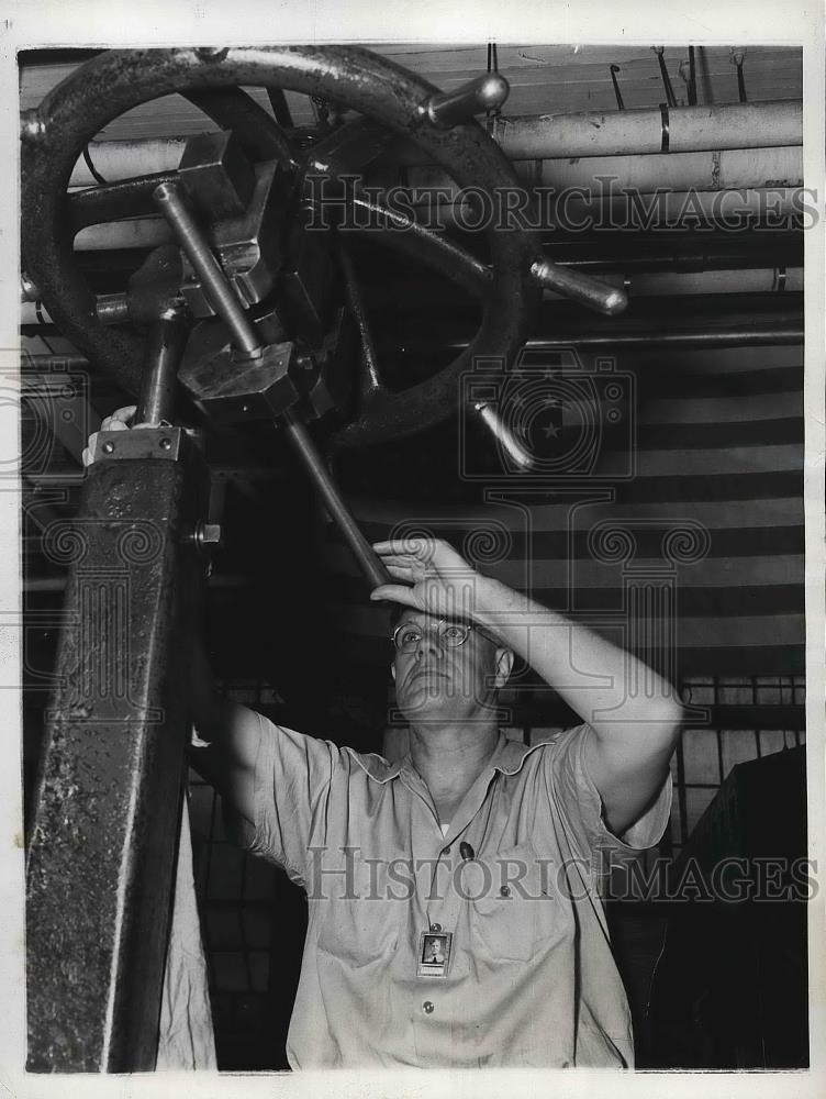 1943 Press Photo Earl Rasbach at Remington Arms Co. in Ilion, NY - nea96190 - Historic Images