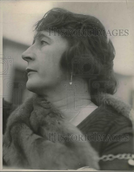 1925 Press Photo Baroness E.M. Mulder in China, posing for a picture. - Historic Images