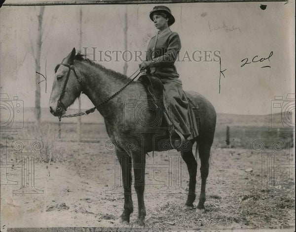 1926 Press Photo Mrs. Leoto Wilson riding a horse - Historic Images
