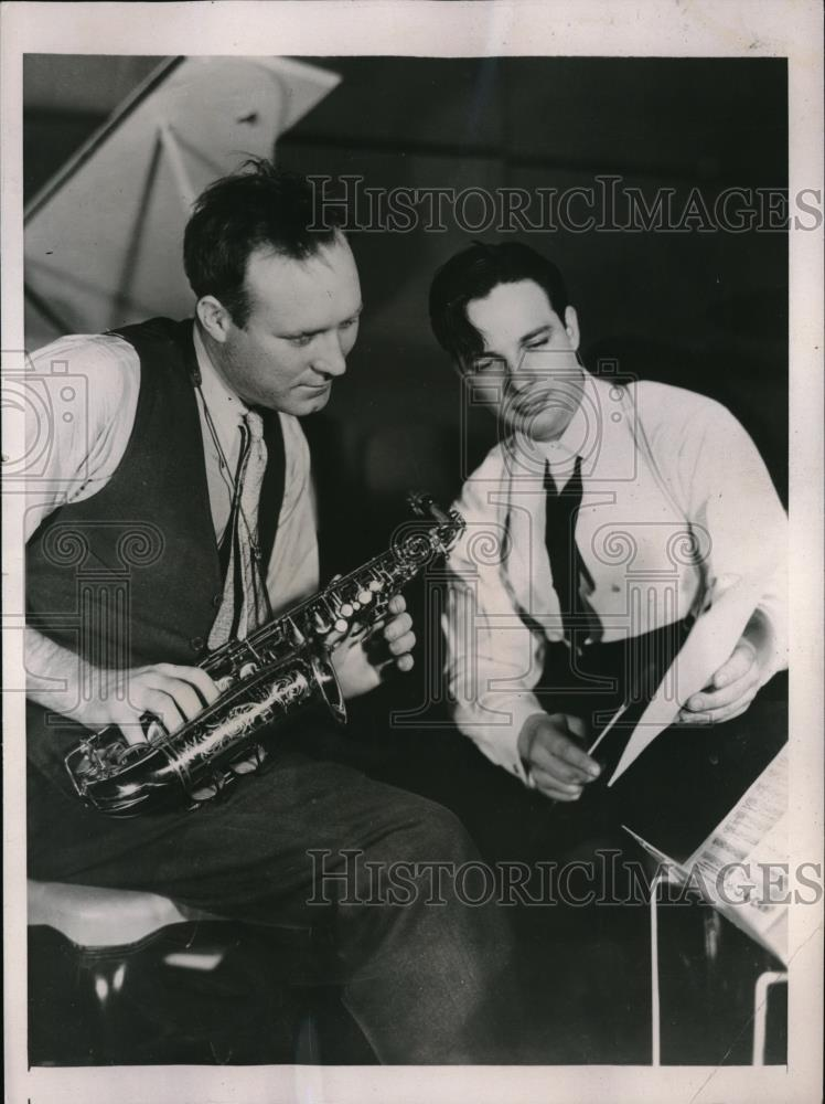 1937 Press Photo Red Ruffing Pitcher New York Yankees Taking Saxophone Lessons - Historic Images