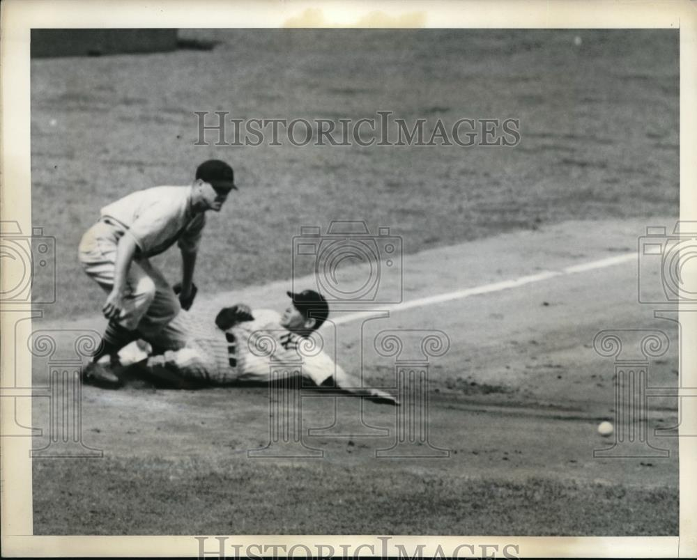 1942 Press Photo New York Yankee Left Fielder Charlie Keller,Indians Ken Keltner - Historic Images