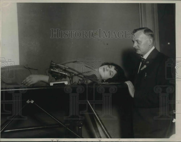 1923 Press Photo Marie Dixon on Rhythmometer with Dr. F.W. Collins of Newark - Historic Images
