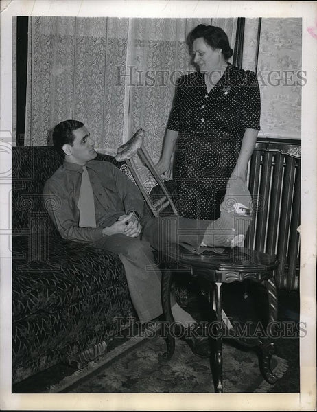 1943 Press Photo Pvt. Frankie Crespi with his mother Mrs. Theresa Crespi - Historic Images