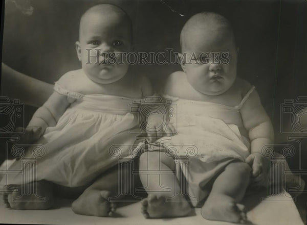 1924 Press Photo Twins Lucille & Cecile Dickerson 6 Months Old - Historic Images