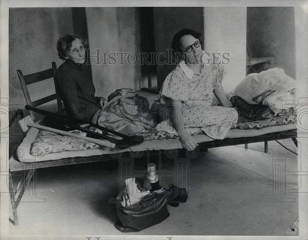 1934 Press Photo Mrs. H. Fisher, 75, daughter Mrs. Harly Harbin, left floods - Historic Images
