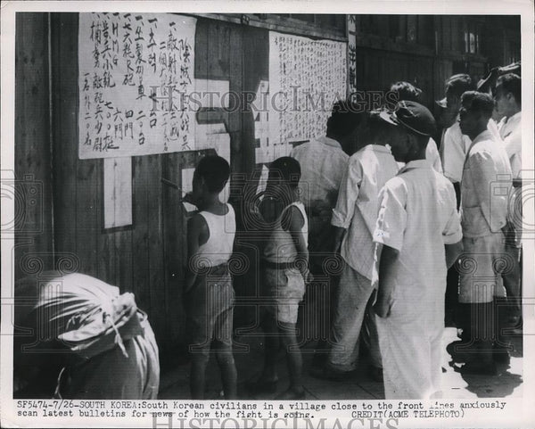 1951 Press Photo South Koreans Read Bulletins for News on War - Historic Images