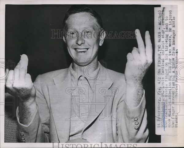 1952 Press Photo St. Louis Cardinals' Red Schoendienst with fractured finger - Historic Images