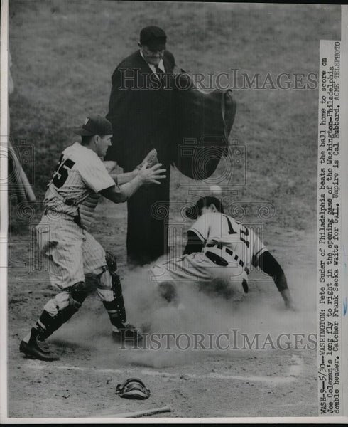 1951 Press Photo Pete Sude scores as Frank Sacka waits for the ball - Historic Images