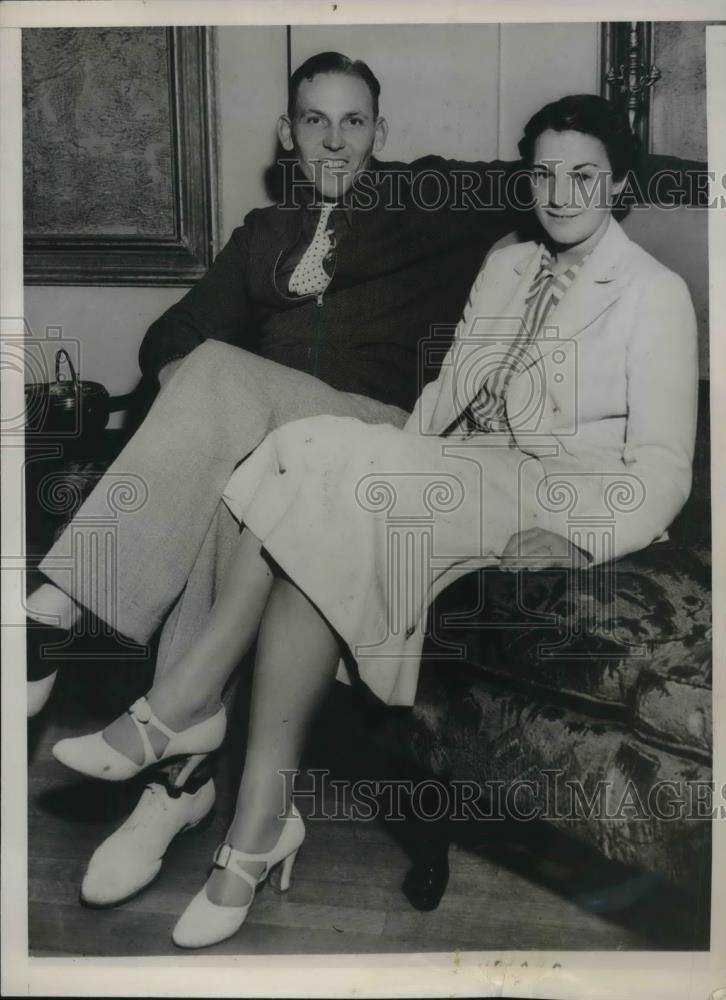 "1937 Press Photo Art ""Mika"" Hunt with fiancee Charlotte ""Pat"" Axelson - Historic Images"