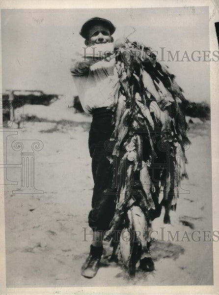 1932 Press Photo Ben Bennett shows 119 fish he and a friend caught in two hours - Historic Images