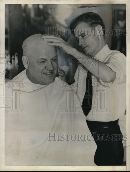 1928 Press Photo Ray Warlicki gets head shaved by barber George Hudson in Ok. - Historic Images
