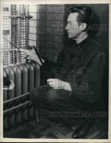1936 Press Photo Robert S. James in his prison cell in Calif with saw blade - Historic Images