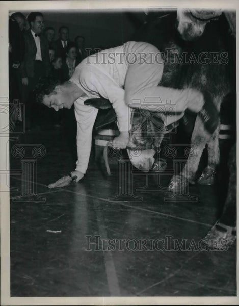 1946 Press Photo Earl Wells playing Donkey Basketball-Polo in Ritzville WA - Historic Images