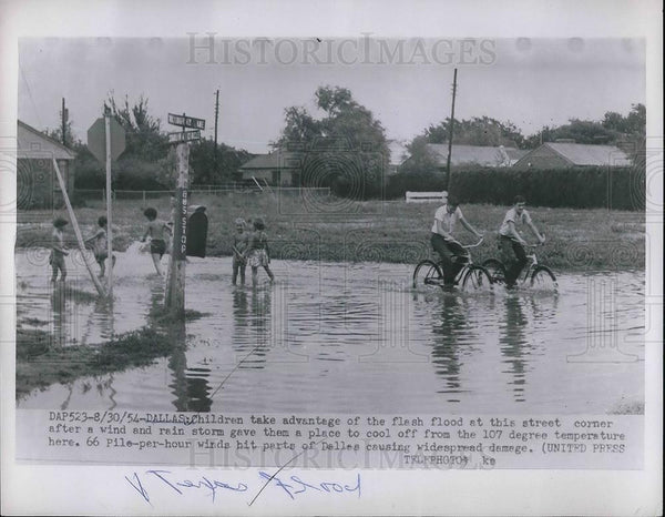 1954 Press Photo Children playing after flash flood in Dallas - Historic Images