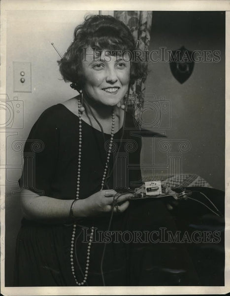 1924 Press Photo Mrs Helen Frey,and her 18 cent radio in Washington - neb47435 - Historic Images
