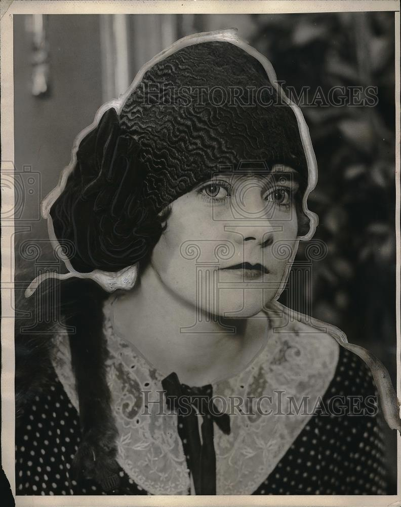 1927 Press Photo Model Modeling Hat - Historic Images