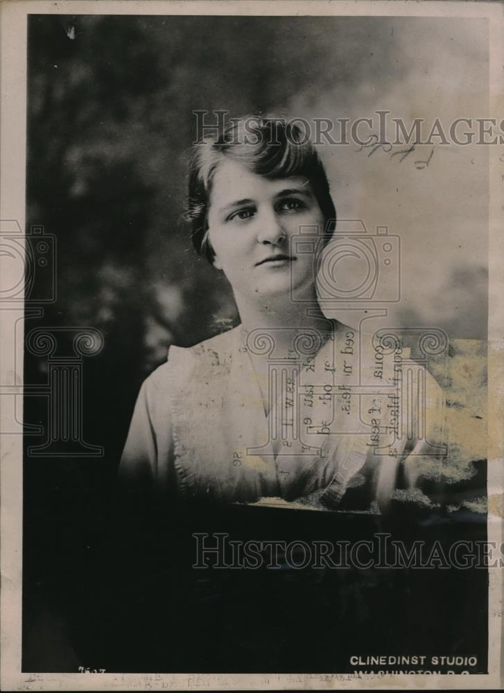 1917 Press Photo Miss Eleanor Hill Weed is a student of intensive farming - Historic Images