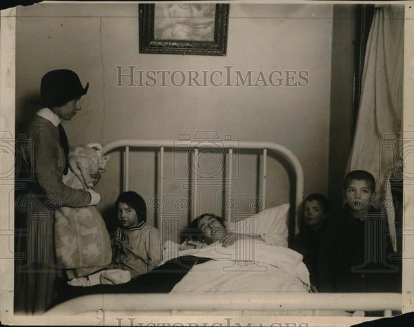 1922 Press Photo HOme picture Children on a bed - neb51566 - Historic Images