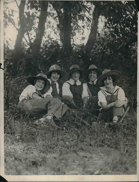 1924 Press Photo Women farmers in a field - Historic Images