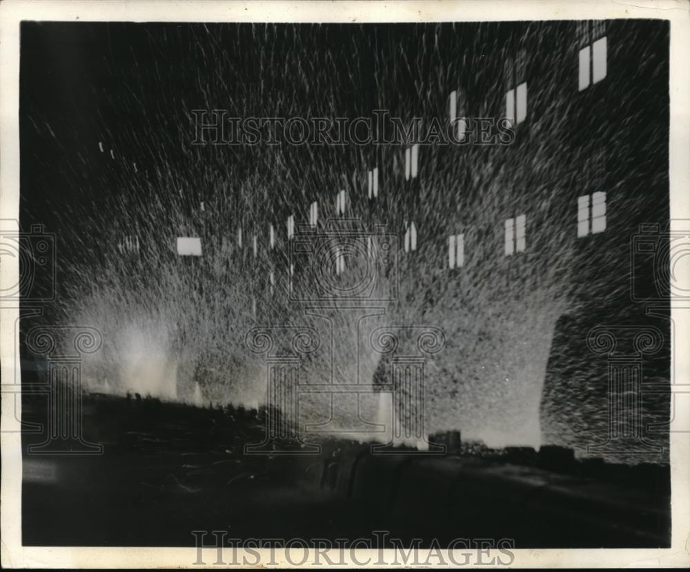 1939 Press Photo Sparks fly at steel foundry of Cleveland's US Steel Corp - Historic Images