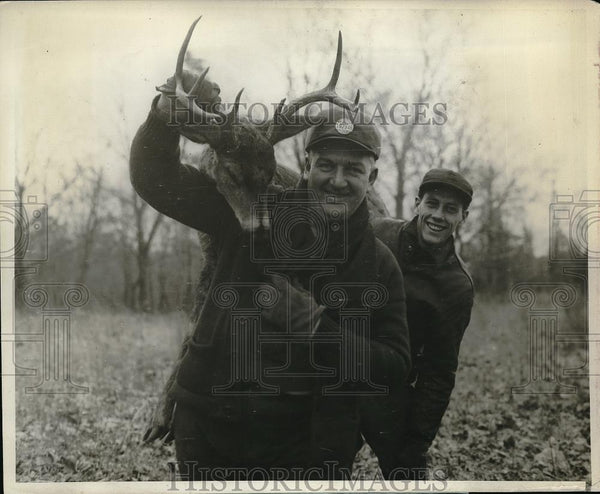 1928 Press Photo Walter Otto & William Corcorn Carry Large Buck - Historic Images