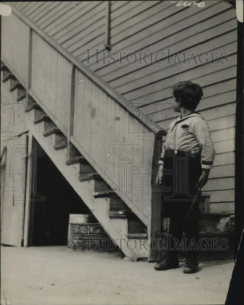 1926 Press Photo A young boy at the stairs of his home - Historic Images