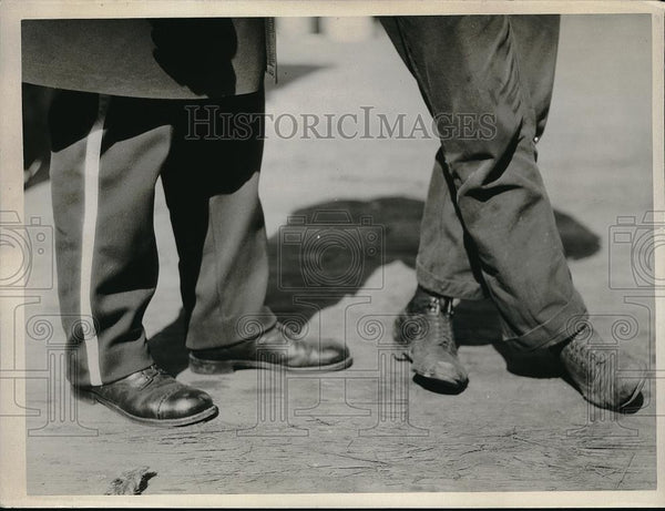 1925 Press Photo Mens feet shod in dress & normal day shoes - Historic Images