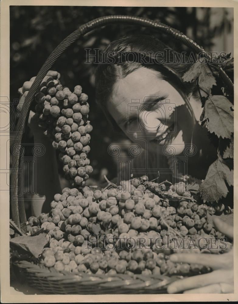1923 Press Photo Mrs. Donald McGee, Grape Fete, Kentfield - Historic Images