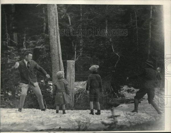 1923 Press Photo Mr Tommy Gibbons & children have snowball fight - Historic Images