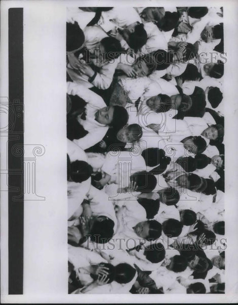 1950 Press Photo Women and Children gathered - Historic Images