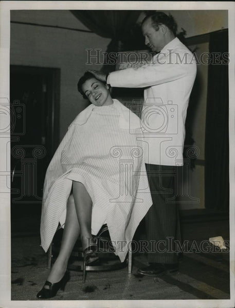 1935 Press Photo Mary Chohlis getting haircut from Sol Fisher - Historic Images