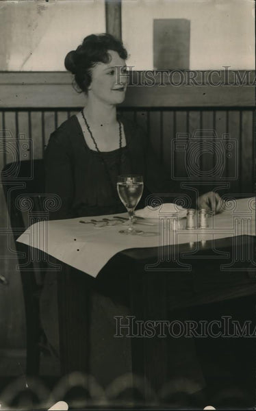 1918 Press Photo A woman sitting at the table - Historic Images