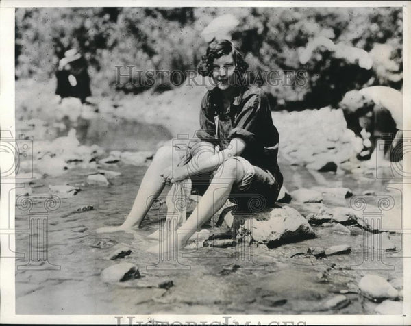 1932 Press Photo Mrs FE Colston Wife of Vet Marchers Washing Shirt in Creek - Historic Images